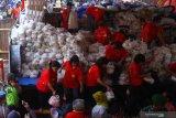 Panita membagikan sembako gratis kepada kaum dhuafa dalam ritual Sedekah Bumi di Klenteng En Ang Kiong, Malang, Jawa Timur, Rabu (28/8/2019). Kegiatan yang diadakan setiap bulan ke-7 tanggal 15 tahun lunar atau kalender China tersebut merupakan ungkapan syukur warga keturunan Tionghoa kepada Tuhan Yang Maha Esa yang diperingati dengan cara berbagi kepada sesama. Antara Jatim/Ari Bowo Sucipto/zk