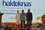 Wakil Presiden Jusuf Kalla (tengah) berjalan bersama Menteri Riset Teknologi dan Pendidikan Tinggi Mohamad Nasir (kanan) dan Gubernur Bali I Wayan Koster (kiri) pada puncak peringatan Hari Kebangkitan Teknologi Nasional (Hakteknas) ke-24 di Denpasar, Bali, Rabu (28/8/2019). Peringatan Hakteknas yang berlangsung 24-28 Agustus 2019 tersebut dipusatkan di Bali yang diisi dengan beragam kegiatan bidang sain dan teknologi untuk memunculkan inovasi dari daerah sekaligus meningkatkan daya saing daerah-daerah tersebut. Antaranews Bali/Nyoman Budhiana.