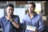 Anak terpidana korupsi Setya Novanto, Rheza Herwindo (kanan) berjalan meninggalkan gedung KPK seusai diperiksa di Jakarta, Kamis (29/8/2019). Rheza diperiksa penyidik KPK sebagai saksi dalam kasus korupsi proyek pengadaan KTP elektronik dengan tersangka Direktur Utama PT. Sandipala Arthaputra, Paulus Tannos. ANTARA FOTO/Hafidz Mubarak A/nym.