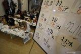 Sejumlah mahasiswa asing membuat tulisan aksara Jawa saat mengikuti