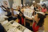 Sejumlah mahasiswa asing memperlihatkan tulisan aksara Jawa buatan mereka saat mengikuti