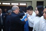 Rektor Universitas Pancasila Prof Wahono Sumaryono ketika menegnakan jaket almamater kepada mahaiswa baru Sekolah Pascasarjana Universitas Pancasila di Jakarta, Jumat (31/8)