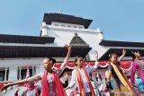 Ratusan perempuan berkebaya menari Ketuk Tilu di Gedung Sate Bandung
