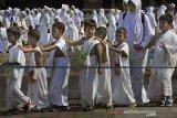 PENGENALAN MANASIK HAJI. Sejumlah anak mengikuti simulasi Manasik Haji di halaman Mesjid Agung Al-Bantani, di Serang, Minggu (1/9/2019). Acara yang diikuti 4.000 murid TK (Taman Kanak-kanak) itu bertujuan mengenalkan tata cara pelaksanaan ibadah haji kepada anak sejak usia dini. ANTARA FOTO/Asep Fathulrahman/amaANTARA FOTO/ASEP FATHULRAHMAN (ANTARA FOTO/ASEP FATHULRAHMAN)