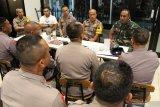 Pangdam XII/Tanjungpura Mayjen TNI Herman Asaribab (kanan) bersama Kapolda Kalbar Irjen Pol Didi Haryono (kedua kanan), Wakapolda Kalbar Brigjen Pol Imam Sugianto (ketiga kanan) dan Dandim 1207/BS Pontianak Kolonel Arm Stefie Jantje (keempat kanan), memberikan pengarahan kepada para komandan batalyon Brimob Polda Kalbar sebelum upacara pelepasan 250 personil Bantuan Kendali Operasi (BKO) Brimob di Bandara Supadio, Kabupaten Kubu Raya, Kalimantan Barat, Kamis (29/8/2019) malam. Mayjen TNI Herman Asaribab yang merupakan putra daerah asli Papua itu menghimbau para personil Brimob untuk melakukan pendekatan humanis dan kekeluargaan kepada masyarakat Papua selama melakukan tugas BKO di wilayah tersebut. ANTARA FOTO/Jessica Helena WuysangANTARA FOTO/JESSICA HELENA WUYSANG (ANTARA FOTO/JESSICA HELENA WUYSANG)