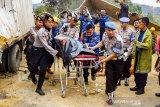 Petugas mengevakuasi salah satu korban kecelakaan beruntun di Tol Cipularang KM 92 Purwakarta, Jawa Barat, Senin (2/9/2019). Kecelakaan tersebut melibatkan sekitar 20 kendaraan bertabrakan yang mengakibatkan korban 17 orang luka- luka dan 9 orang meninggal dunia. ANTARA FOTO/M Ibnu Chazar/agr