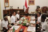 Jokowi has lunch with Papuan village chiefs and youths