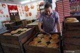 Pemilik usaha pembuatan kue Hong Hak Anthony Chen memperlihatkan sejumlah loyang berisi kue bulan yang diproduksinya di Jalan Gajahmada, Pontianak, Kalimantan Barat, Minggu (1/9/2019). Kue Bulan khas Pontianak yang merupakan salah satu hidangan wajib saat perayaan kue bulan tersebut diproduksi oleh Hong Hak sejak tahun 1936 dan dipasarkan seharga Rp160 ribu hingga Rp180 ribu per kotak di Indonesia dan mancanegara. ANTARA FOTO/Jessica Helena WuysangANTARA FOTO/JESSICA HELENA WUYSANG (ANTARA FOTO/JESSICA HELENA WUYSANG)