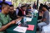 Pelanggar lalu lintas mengikuti sidang di tempat pada saat Operasi Patuh Semeru 2019 di kawasan Gedung Olahraga Sidoarjo, Jawa Timur, Selasa (3/9/2019). Sidang tilang di tempat bagi pengendara yang melanggar lalu lintas, tidak memiliki SIM dan surat kendaraan tersebut untuk mempersingkat waktu dan birokrasi tanpa harus datang ke lokasi pengadilan negeri. Antara Jatim/Umarul Faruq/zk