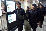 Sejumlah personil Brimob Polda Kalbar yang melaksanakan tugas Bantuan Kendali Operasi (BKO) Brimob memasuki pintu keberangkatan di Bandara Supadio, Kabupaten Kubu Raya, Kalimantan Barat, Sabtu (31/8/2019) malam. Polda Kalbar kembali memberangkatkan 180 personil Brimob ke Papua untuk melakukan pengamanan pasca aksi unjuk rasa rusuh di daerah tersebut. ANTARA FOTO/Jessica Helena WuysangANTARA FOTO/JESSICA HELENA WUYSANG (ANTARA FOTO/JESSICA HELENA WUYSANG)