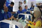 """Group Head East Region XL Axiata Mochamad Imam Mualim (kedua kiri) bersama Chief Premium Segment Officer XL Axiata Octavia Kurniawan (keempat kiri) dan Advisor Premium Segment XL Axiata Rashad Javier Sanchez (kelima kiri) melayani pelanggan pada Hari Pelanggan Nasional 2019 di XL Center Pemuda, Surabaya, Jawa Timur, Rabu (4/9/2019). Pada Hari Pelanggan Nasional tahun ini, PT XL Axiata Tbk (XL Axiata) mencanangkan tema """"Untukmu #JadiLebihBaik"""" dalam memperkuat komitmen memberikan pelayanan terbaik kepada pelanggannya. Antara Jatim/Didik Suhartono/ZK"""