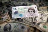 Dolar menguat moderat, pound jatuh dramatis tertekan kekhawatiran