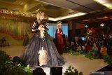 Model memeragakan busana pengantin saat pameran pernikahan bertema 'Mesmerize Wedding Exhibition 2019' di Hotel Aston Madiun, Jawa Timur, Minggu (8/9/2019) malam. Peragaan busana pengantin tersebut diikuti puluhan model dan perias dari Madiun dan sekitar. Antara Jatim/Siswowidodo/zk.