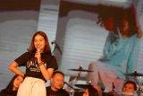 Artis Rebecca Klopper yang merupakan pemeran Dilla memberikan sambutan saat peluncuran produksi film dan original soundtrack (OST) ANAK GARUDA di Surabaya, Jawa Timur, Sabtu (7/9/2019). Film ANAK GARUDA bercerita tentang tujuh alumni Sekolah Selamat Pagi Indonesia (SPI) yang berhasil bangkit dari keterpurukan dan akhirnya mampu mengelola divisi usaha di sekolah SPI. Antara Jatim/Didik Suhartono/ZK