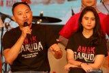 Produser film ANAK GARUDA Verdi Solaiman (kiri) bersama artis Tissa Biani (kanan) memberikan sambutan saat peluncuran produksi film dan original soundtrack (OST) ANAK GARUDA di Surabaya, Jawa Timur, Sabtu (7/9/2019). Film ANAK GARUDA bercerita tentang tujuh alumni Sekolah Selamat Pagi Indonesia (SPI) yang berhasil bangkit dari keterpurukan dan akhirnya mampu mengelola divisi usaha di sekolah SPI. Antara Jatim/Didik Suhartono/ZK
