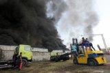 Petugas Dinas Pemadam Kebakaran Kota Surabaya memadamkan gudang yang terbakar di Margomulyo Indah, Surabaya, Jawa Timur, Minggu (8/9/2019). Sekitar 23 kendaraan pemadam kebakaran dikerahkan untuk memadamkan api yang membakar gudang onderdil kendaraan bermotor itu. Antara Jatim/Didik Suhartono/zk