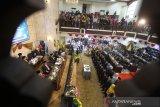 Suasana pelantikkan anggota DPRD Provinsi Kalsel terpilih di Gedung DPRD Kalsel,Banjarmasin, Kalimantan Selatan, Senin (9/9/2019).Sebanyak 55 anggota DPRD Provinsi Kalsel terpilih periode 2019-2024 resmi dilantik pada rapat paripurna DPRD Provinsi Kalimantan Selatan.Foto Antaranews Kalsel/Bayu Pratama S.