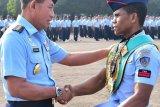 Pratu Ongen Saknosiwi dapat penghargaan dari Kepala Staf TNI AU