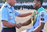 Juara tinju WBC, Pratu Ongen Saknosiwi diberikan penghargaan oleh Kepala staf TNI AU