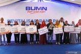 Menteri Badan Usaha Milik Negara (BUMN) Rini Soemarno (keenam kiri), di dampingi Bupati Lumajang Thoriqul Haq (kedelapan kiri), berfoto bersama penerima KUR di Desa Ranupani, Senduro, Lumajang, Jawa Timur, Rabu (11/9/2019). BNI dapat meningkatkan plafon pinjaman dari penerima KUR Mikro (maksimal plafon Rp 25 juta) menjadi KUR Kecil (maksimal plafon Rp 500 juta) serta bisa menjadi penerima kredit BNI Wirausaha (BWU) (maksimal plafon Rp 1 miliar) berdasarkan kemajuan usaha debitur dan peningkatan kemampuan repayment. Antara Jatim/Seno/zk.