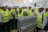 Menteri Badan Usaha Milik Negara (BUMN) Rini Soemarno (keempat kiri) didampingi Direktur Utama PT Barata Indonesia (Persero) Oksarlidady Arifin (ketiga kiri), Direktur PT Boma Bisma Indra (Persero) Yoyok Hadi Satriyono (kedua kiri) dan Direktur PT Len Indonesia (Persero) Zakky Gama Yasin (kelima kiri) melihat produk buatan PT Barata Indonesia saat peresmian workshop Heavy Machining Center (HMC) di Gresik, Jawa Timur, Rabu (11/9/2019). Peresmian workshop HMC tersebut untuk mendukung kapasitas produksi perusahaan sehingga menjadi perusahaan manufaktur berskala global dan aktif berpartisipasi dalam pembangunan infrastruktur dalam negeri. Antara Jatim/Moch Asim/zk.