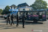 Pasukan Penanggulangan Terorisme Yonif Raider 323/Buaya Putih Kostrad melumpuhkan teroris yang membajak Bus dan menyandra warga negara asing pada Simulasi anti teror di Terminal Tipe A, Kota Banjar, Jawa Barat, Rabu (11/9/2019). Simulasi pembebasan sandera oleh pasukan Yonif Raider 323/Buaya Putih Kostrad tersebut untuk meningkatkan kemampuan pasukan TNI dalam menjaga keamanan NKRI dari ancaman dalam dan luar negeri. ANTARA JABAR/Adeng Bustomi/agr