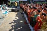DOA UNTUK BJ HABIBIE. Pelajar SD Al Falah Surabaya berdoa bersama untuk almarhum Presiden ke-3 RI BJ Habibie usai melaksanakan Shalat Gaib di Surabaya, Jawa Timur, Kamis (12/9/2019). Kegiatan Shalat Ghaib dan doa bersama yang diikuti 750 pelajar SD Al Falah tersebut bertujuan agar para murid meneladani sosok BJ Habibie sekaligus sebagai bentuk penghormatan kepadanya. Antara Jatim/Moch Asim/zk.