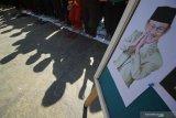 Pelajar SD Al Falah Surabaya berdoa bersama untuk almarhum Presiden ke-3 RI BJ Habibie usai melaksanakan Shalat Gaib di Surabaya, Jawa Timur, Kamis (12/9/2019). Kegiatan Shalat Ghaib dan doa bersama yang diikuti 750 pelajar SD Al Falah tersebut bertujuan agar para murid meneladani sosok BJ Habibie sekaligus sebagai bentuk penghormatan kepadanya. Antara Jatim/Moch Asim/zk.