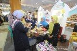 Pengunjung mengunjungi stan wartawan media Kalsel pembukaan Festival Ekonomi Syariah (FESyar) di Duta Mall, Banjarmasin, Kalimantan Selatan, Kamis (12/9/2019). FESyar kawasan Timur Indonesia  yang diikuti sejumlah perbankan syariah, belasan perwakilan BI di kawasan timur Indonesia, dan UKM binaan bank maupun BUMN yang diselenggarakan dari tanggal 12-14 September 2019 ini merupakan kegiatan road to Indonesia Sharia Economic Festival (ISEF) sebagai bagian dari upaya menjadikan Indonesia sebagai pusat ekonomi syariah di dunia. Foto Antaranews Kalsel/Bayu Pratama S.
