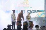 Anggota dewan gubernur Bank Indonesia Rosmaya Hadi (kanan), Kepala Kantor Perwakilan Bank Indonesia Provinsi Kalsel Herawanto (Kiri) bersama Direktur Pengembangan Ekonomi Syariah dan Industri Halal Komite Nasional Keuangan Syariah(KNKS) Afdhal Aliasar (tengah) menabuh beduk pada pembukaan Festival Ekonomi Syariah (FESyar) di Hotel Mercure Banjarmasin, Kalimantan Selatan, Kamis (12/9/2019). FESyar kawasan Timur Indonesia  yang diikuti sejumlah perbankan syariah, belasan perwakilan BI di kawasan timur Indonesia, dan UKM binaan bank maupun BUMN yang diselenggarakan dari tanggal 12-14 September 2019 ini merupakan kegiatan road to Indonesia Sharia Economic Festival (ISEF) sebagai bagian dari upaya menjadikan Indonesia sebagai pusat ekonomi syariah di dunia. Foto Antaranews Kalsel/Bayu Pratama S.