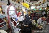 Pengunjung mengunjungi salah satu stan binaan Bank Indonesia pada pembukaan Festival Ekonomi Syariah (FESyar) di Duta Mall, Banjarmasin, Kalimantan Selatan, Kamis (12/9/2019). FESyar kawasan Timur Indonesia  yang diikuti sejumlah perbankan syariah, belasan perwakilan BI di kawasan timur Indonesia, dan UKM binaan bank maupun BUMN yang diselenggarakan dari tanggal 12-14 September 2019 ini merupakan kegiatan road to Indonesia Sharia Economic Festival (ISEF) sebagai bagian dari upaya menjadikan Indonesia sebagai pusat ekonomi syariah di dunia. Foto Antaranews Kalsel/Bayu Pratama S.