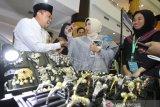 Anggota dewan gubernur Bank Indonesia Rosmaya Hadi (tengah) mengunjungi salah satu stan binaan Bank Indonesia pada pembukaan Festival Ekonomi Syariah (FESyar) di Duta Mall, Banjarmasin, Kalimantan Selatan, Kamis (12/9/2019). FESyar kawasan Timur Indonesia  yang diikuti sejumlah perbankan syariah, belasan perwakilan BI di kawasan timur Indonesia, dan UKM binaan bank maupun BUMN yang diselenggarakan dari tanggal 12-14 September 2019 ini merupakan kegiatan road to Indonesia Sharia Economic Festival (ISEF) sebagai bagian dari upaya menjadikan Indonesia sebagai pusat ekonomi syariah di dunia. Foto Antaranews Kalsel/Bayu Pratama S.