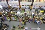 Suasana stan pameran produk binaan Bank Indonesia pada pembukaan Festival Ekonomi Syariah (FESyar) di Duta Mall, Banjarmasin, Kalimantan Selatan, Kamis (12/9/2019). FESyar kawasan Timur Indonesia  yang diikuti sejumlah perbankan syariah, belasan perwakilan BI di kawasan timur Indonesia, dan UKM binaan bank maupun BUMN yang diselenggarakan dari tanggal 12-14 September 2019 ini merupakan kegiatan road to Indonesia Sharia Economic Festival (ISEF) sebagai bagian dari upaya menjadikan Indonesia sebagai pusat ekonomi syariah di dunia. Foto Antaranews Kalsel/Bayu Pratama S.
