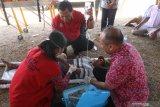 Warga mengevakuasi korban luka saat simulasi kebakaran lahan yang diselenggarakan Badan Penanggulangan Bencana Daerah (BPBD) di Kelurahan Ketami, Kota Kediri, Jawa Timur, Kamis (12/9/2019). Kegiatan lomba Desa Tanggung Bencana (Destana) tingkat Jawa Timur tersebut bertujuan mengedukasi masyarakat agar menguasai teknik evakuasi dan penyelamatan diri menghadapai bencana alam. Antara Jatim/Prasetia Fauzani/zk.