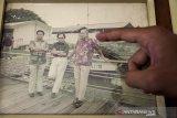 Asisten rumah tangga menunjukkan foto Presiden ke-3 RI Almarhum BJ Habibie (tengah) bersama Presiden Ke-2 RI Almarhum Soeharto pada Rumah milik RA Habibie di Bandung, Jawa Barat, Kamis (12/9/2019). Semasa Hidupnya, Almarhum BJ Habibie kerap mengunjungi dan beraktivitas di rumah ibundanya tersebut yang terletak di Jalan Imam Bonjol, Kota Bandung.  ANTARA JABAR/Novrian Arbi/agr