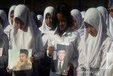 Doa bersama untuk B.J. Habibie dari pelajar di Temanggung