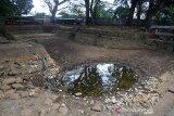 Pengunjung menyaksikan kolam pemandian wisata mengalami kekeringan di desa Mata Ie, kecamatan Darul Imarah, Kabupaten Aceh Besar, Aceh, Sabtu (14/9/2019). Dampak kemarau panjang yang berlangsung sejak tiga bulan terakhir , mengakibatkan kolam pemandian wisata Mata Ie mengalami kekeringan dan selain distribusi air minum PDAM yang bersumber dari kasawasan pegunungan daerah itu untuk kebutuhan warga juga menurun drastis. Antara Aceh/Ampelsa.