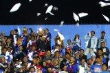Ratusan suporter tim Arema FC menerbangkan pesawat kertas di Stadion Kanjuruhan, Malang, Jawa Timur, Jumat (13/9/2019). Hal tersebut dilakukan sebagai bentuk penghormatan atas wafatnya Presiden ke-3 Republik Indonesia, BJ Habibie. Antara Jatim/Ari Bowo Sucipto/zk.