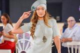 Di peragaan busana New York, Gigi Hadid tanpa sepatu