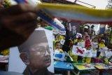 Siswa TK Surya Mentari Solo menggambar pesawat dan membuat kerajinan pesawat kertas lipat dalam aksi mengenang Presiden ke-3 Republik Indonesia BJ Habibie di Solo, Jawa Tengah, Minggu (15/9/2019). Aksi tersebut untuk penghormatan terakhir sekaligus mengapresiasi jasa-jasa bagi Presiden ke-3 Republik Indonesia BJ Habibie yang meninggal dunia pada hari Rabu (11/9/2019) di Jakarta. ANTARA FOTO/Maulana Surya/pd.