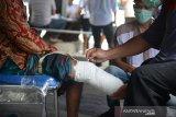 Petugas membantu seorang penyandang cacat menuju tempat pengukuran dan pencetakan kaki palsu di kantor Dinas Sosial Aceh, Banda Aceh, Aceh, Senin (16/9/2019). Pemerintah Aceh melalui dinas sosial tahun anggaran 2019 menyalurkan bantuan sebanyak 100 kaki dan tangan palsu untuk para penyandang cacat di sejumlah kabupaten/kota dari total pemohon sekitar 200 orang setiap tahunnya. Antara Aceh/Ampelsa.