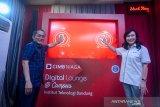 Rektor Institut Teknologi Bandung (ITB) Kadarsah Suryadi (kiri) bersama Direktur Consumer Banking CIMB Niaga Lani Darmawan (kanan) menekan tombol sebagai tanda diresmikannya digital lounge di Kampus ITB, Bandung, Jawa Barat, Senin (16/9/2019). Bank CIMB Niaga bekerjasama dengan Kampus ITB untuk menghadirkan