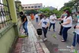 Wali murid mengusir bau tak sedap dari lokasi penampungan pencari suaka