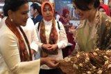 Iriana Jokowi  kagumi kain khas Gambo asal Musi Banyuasin
