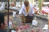 Juru kunci menabur bunga di kawasan punden Prabu Anom di Desa Doko, Kediri, Jawa Timur, Selasa (17/9/2019). Tradisi ziarah di punden Prabu Anom yang dipercaya masyarakat sebagai putra raja Kediri Sri Aji Jayabaya tersebut dilakukan setiap tahun pada bulan Suro penanggalan Jawa. Antara Jatim/Prasetia Fauzani/zk