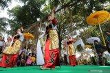 Sejumlah gadis menari saat prosesi ziarah punden Prabu Anom di Desa Doko, Kediri, Jawa Timur, Selasa (17/9/2019). Tradisi ziarah di punden Prabu Anom yang dipercaya masyarakat sebagai putra raja Kediri Sri Aji Jayabaya tersebut dilakukan setiap tahun pada bulan Suro penanggalan Jawa. Antara Jatim/Prasetia Fauzani/zk