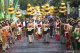 Sejumlah gadis berbusana tradisional mengikuti kirab budaya menuju punden Prabu Anom di Desa Doko, Kediri, Jawa Timur, Selasa (17/9/2019). Tradisi ziarah di punden Prabu Anom yang dipercaya masyarakat sebagai putra raja Kediri Sri Aji Jayabaya tersebut dilakukan setiap tahun pada bulan Suro penanggalan Jawa. Antara Jatim/Prasetia Fauzani/zk