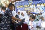Lantamal VI Makassar berikan bantuan peralatan sekolah  untuk pelajar di pulau