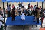 Terpidana (duduk) pelanggar peraturan daerah (qanun) menjalani hukuman cambuk di Taman Sari, Banda Aceh, Aceh Kamis (19/9/2019). Mahkamah Syariah Kota Banda Aceh menjatuhkan hukuman cambuk dimuka umum terhadap enam pelanggar qanun Aceh nomor 6/2014 tentang hukum jinayat dengan vonis 21 hingga 22 kali cambuk setekah dipotong masa tahanan. Antara Aceh / Irwansyah Putra.