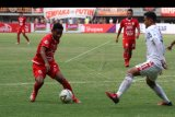 Pesepak bola Bali United Haudi Abdillah (kanan) berusaha menghadang pesepak bola Persija Jakarta Rizki Ramdani Lestaluhu (kiri) pada laga pertandingan Liga 1, di Stadion Patriot Candrabhaga, Bekasi, Jawa Barat, Kamis (19/9/2019). Pada laga pertandingan tersebut tuan rumah Persija Jakarta dikalahkan Bali United dengan skor akhir 0-1. ANTARA FOTO/Risky Andrianto/nym.